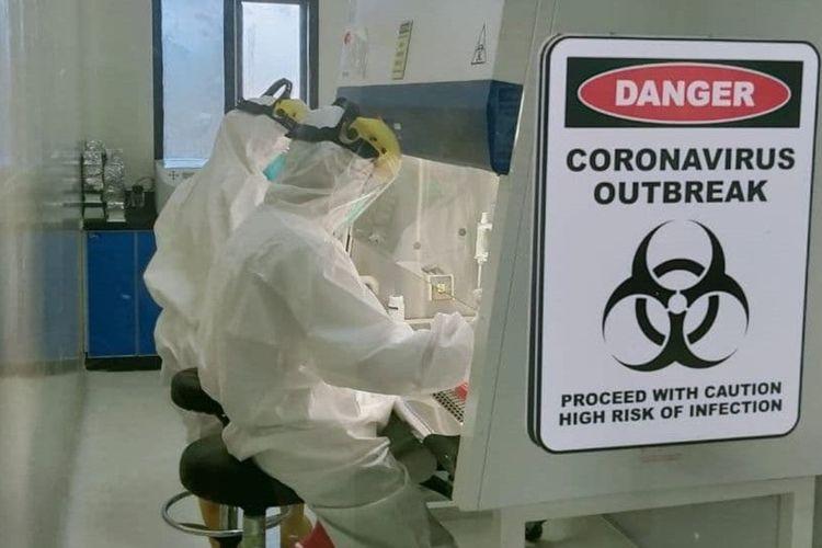Sejumlah laboran di Laboratorium uji Covid-19 milik Balai Pengawasan Obat dan Makanan (BPOM) Gorontalo