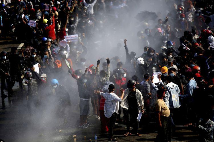 Demonstran anti-kudeta Myanmar disemprot water cannon oleh polisi di ibu kota Naypyidaw pada Senin (8/2/2021). Para pedemo menentang kudeta Myanmar yang dilakukan oleh pihak militer.
