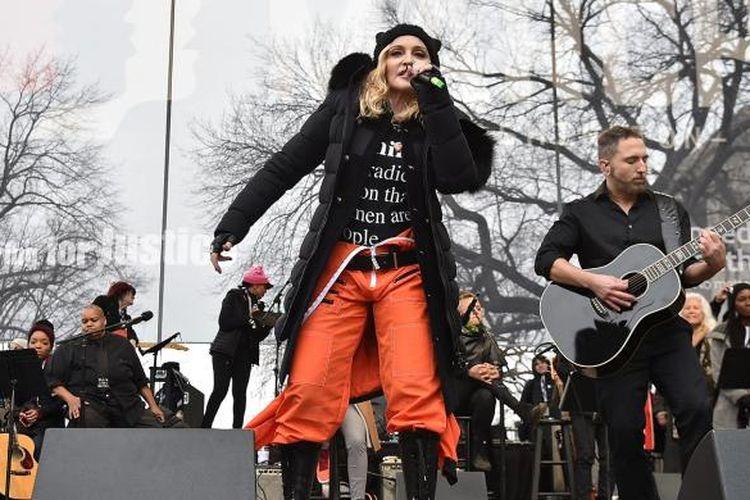 Madonna menyanyi di panggung Womens March di Washington DC, Sabtu (21/1/2017).