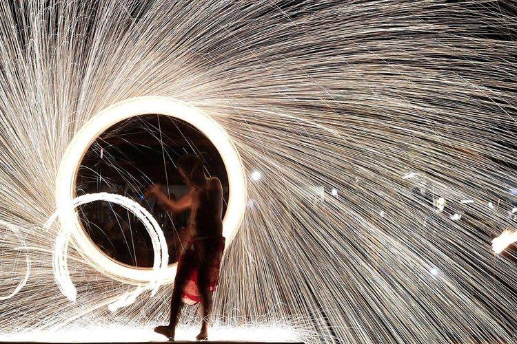 Penari beraksi memainkan api untuk menghibur pengunjung di kawasan KEK Tanjung Lesung, Pandeglang, Banten, Sabtu (29/9/2018). Dalam upaya mempromosikan wilayah di ujung paling barat Pulau Jawa itu, Kementerian Pariwisata menggagas perhelatan Festival Pesona Tanjung Lesung yang memadukan festival olahraga (sport tourism) dan atraksi budaya.