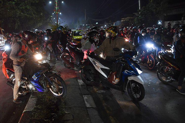 Pemudik memindahkan sepeda motor ke lajur kiri saat terjebak kemacetan ketika melintasi posko penyekatan mudik di Kedungwaringin, Kabupaten Bekasi, Jawa Barat, Senin (10/5/2021). Petugas gabungan memutar balikan ribuan pemudik yang melintasi pos penyekatan perbatasan Bekasi -Karawang, Jawa Barat. ANTARA FOTO/Wahyu Putro A/pras.