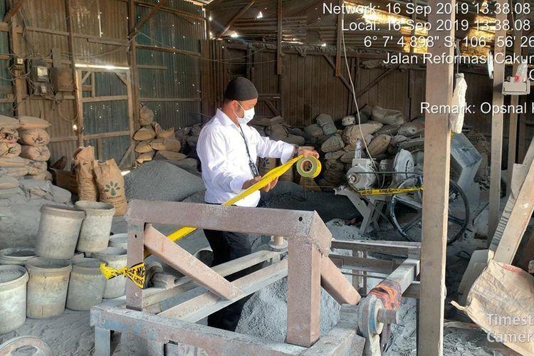 Pemasangan garis polisi di industri peleburan timah yang ada di Cilincing, Jakarta Utara.