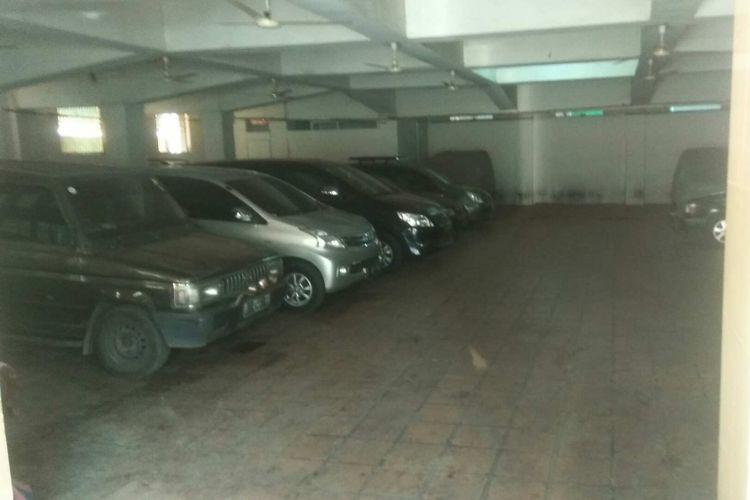 Tempat parkir mobil di Masjid Jami Al Inabah di Jalan Pancoran Barat XI, Jakarta Selatan.