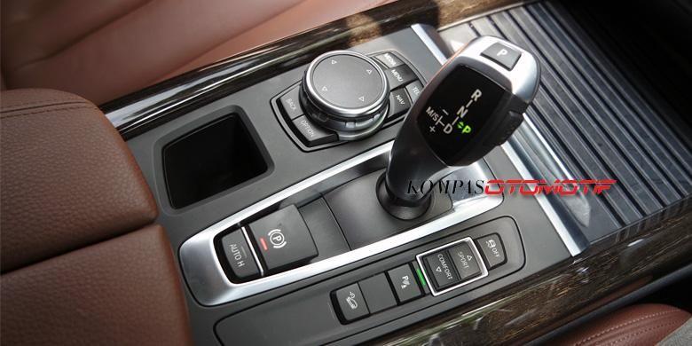Tuas transmisi 8-percepatan Steptronic dan panel kontrol pada BMW All-New X5.