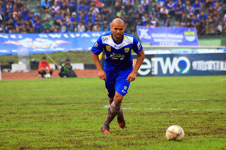 Sergio van Dijk ketika tampil bersama Persib Bandung dalam lanjutan pertandingan Liga Super Indonesia (LSI) 2013 menghadapi Barito Putera, di Stadion Siliwangi, Kota Bandung.
