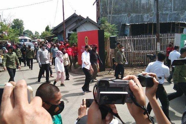 Presiden Jokowi saat memantau pelaksanaan vaksin COVID-19 door to door di Dukuh Ngledok, Desa Segaran, Kecamatan Delanggu, Kabupaten Klaten, Jawa Tengah, Senin (13/9/2021).