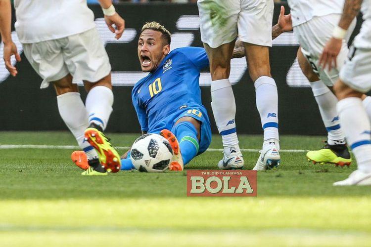 Penyerang timnas Brasil, Neymar, terjatuh pada laga fase grup Piala Dunia 2018 kontra Kosta Rika di Stadion Krestovsky, Saint Petersburg, pada 22 Juni 2018.
