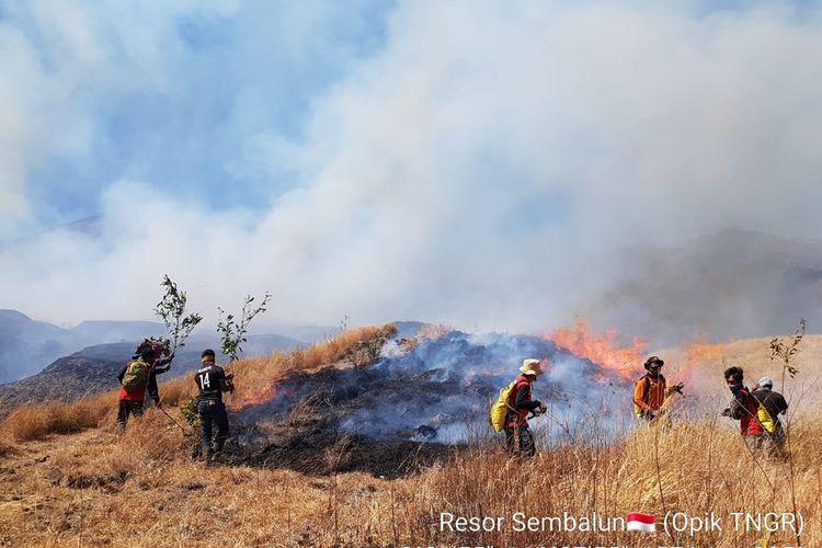 Petugas gabungan memadamkan api di kawasan Taman Nasional Gunung Rinjani, Senin (21/10/2019)