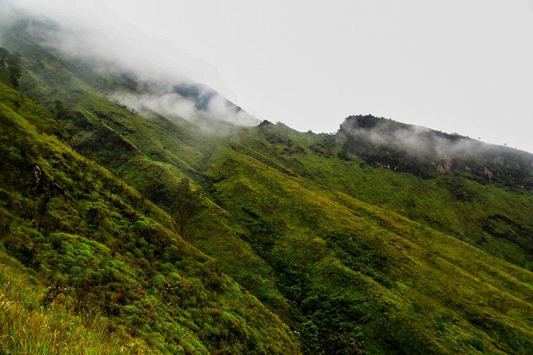 Punggungan Gunung Sumbing yang berselimut kabut.