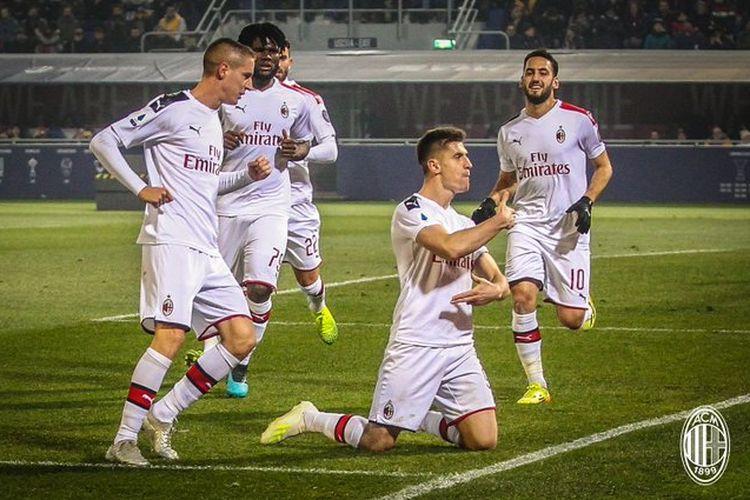 Krzysztof Piatek melakukan selebrasi bersama rekan-rekannya dalam laga Bologna vs AC Milan di Stadion Renato DallAra, Minggu (8/12/2019) atau Senin dini hari WIB.