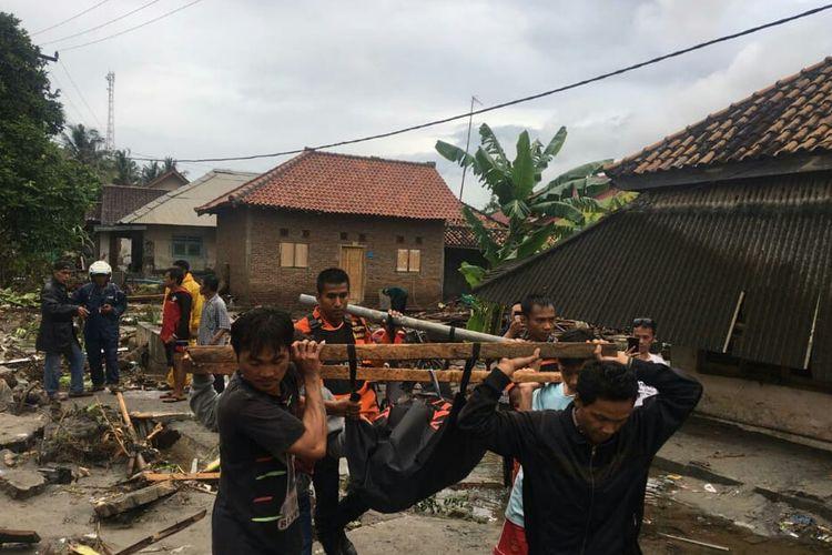 Tim Basarnas Lampung melakukan evakuasi korban di Desa Cukung Kecamatan Rajabasa Kabupaten Lampung Utara