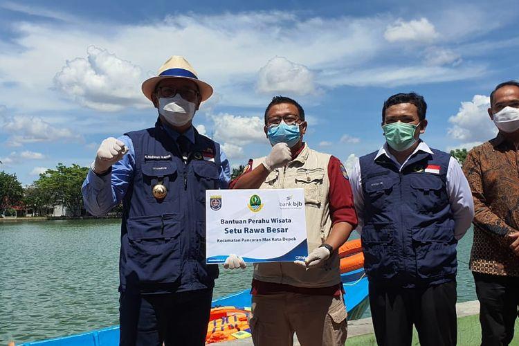 Gubernur Jawa Barat Ridwan Kamil menyerahkan hibah perahu untuk dioperasikan di Setu Rawa Besar, Pancoran Mas, Depok, Rabu (2/12/2020).