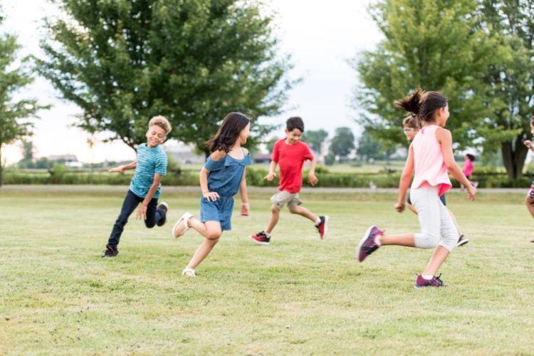 Ilustrasi anak-anak bermain di alam bebas.