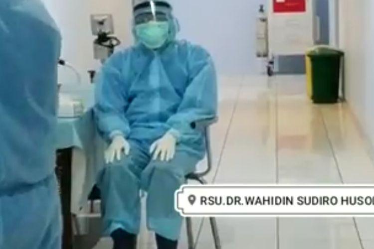 Tangkapan layar video seorang petugas medis di RSUD dr Wahidin Sudiro Husodo, Kota Mojokerto, melakukan shalat saat masih mengenakan APD lengkap untuk penanganan pasien Covid-19.