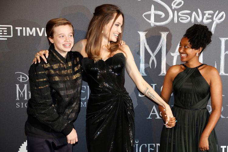 Angelina Jolie (tengah) bersama kedua anaknya, Shiloh (kiri) dan Zahara (kanan).