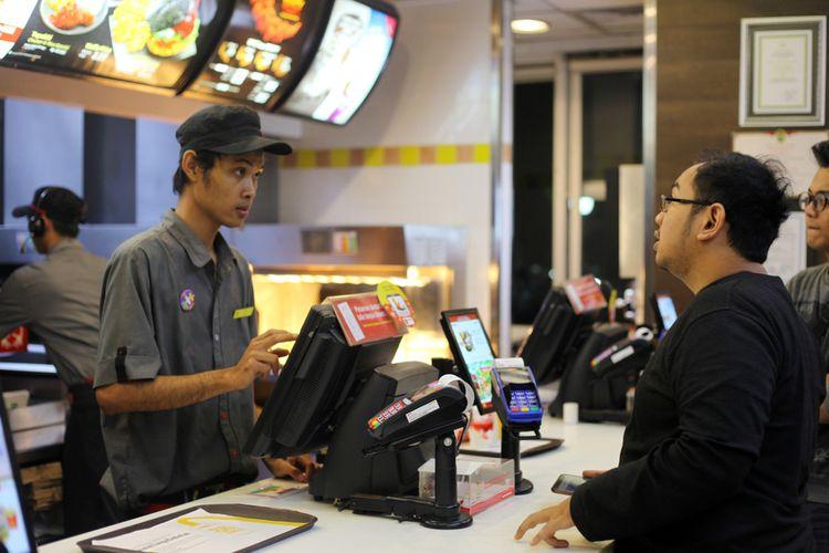 Ilustrasi konsumen memesan makanan di McDonalds Indonesia.