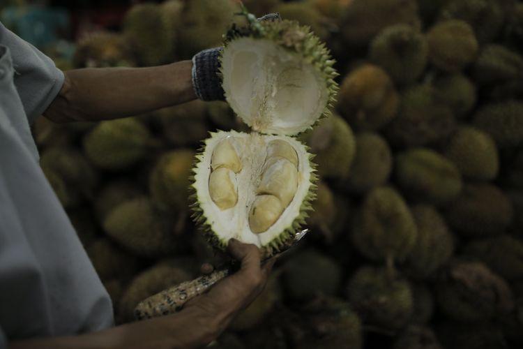 Suasana di Durian Ucok, Jalan Wahid Hasyim, Kota Medan, Sumatera Utara, Kamis (25/8/2016). Durian Ucok buka 24 jam setiap hari, tujuh hari dalam sepekan. Di sini, pengunjung bisa meminta durian sesuai rasa yang digemari, antara pahit dan manis.