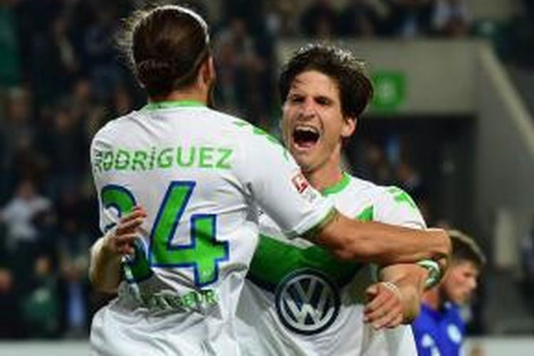 Bek tengah asal Swiss, Timm Klose (kanan), resmi bergabung ke Norwich City pada Senin (18/1/2016) waktu setempat.