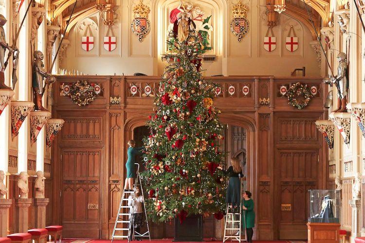 Pohon Natal setinggi 20 kaki di Kastil Windsor, Inggris.