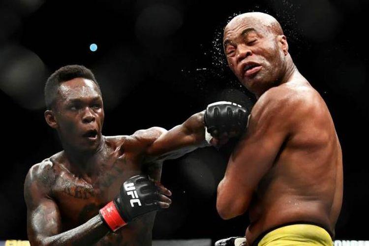 Petarung legendaris asal Brasil, Anderson Silva (kanan)  dikalahkan petarung muda Israel Adesanya dalam UFC 234 yang berlangsung di Melbourne, Australia, Minggu (10/02/2019).