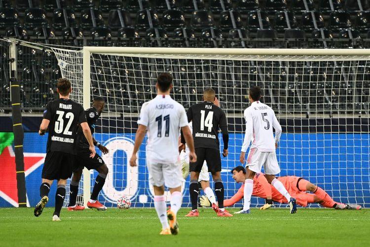 Proses gol kedua penyerang Borussia Moenchengladbach Marcus Thuram ke gawang Real Madrid pada laga matchday kedua Grup B Liga Champions di Stadion Borussia Park, Selasa (27/10/2020) atau Rabu dini hari WIB.