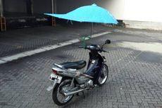 Jangan Sok Akrobat,  Pakai Payung saat Naik Motor!