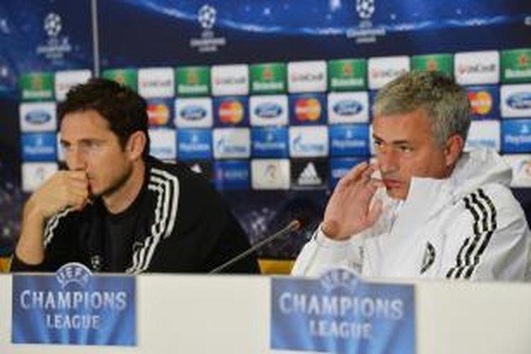 Pelatih Chelsea Jose Mourinho (kanan) dan gelandang Frank Lampard, pada konferensi pers prapertandingan Liga Champions melawan Steaua Buchuresti, di National Arena, Bucharest, Senin (30/9/2013).