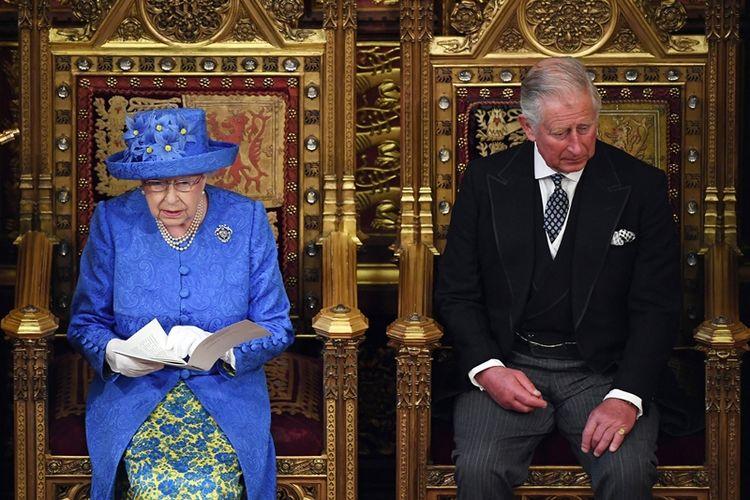 Ratu Elizabeth II didampingi putranya Pangeran Charles saat memberikan pidato kenegaraan di gedung parlemen Inggris di London, Rabu (21/6/2017).