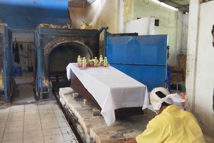 Petugas kremasi jenazah terlantar di RSUP Sanglah, Senin (9/11).