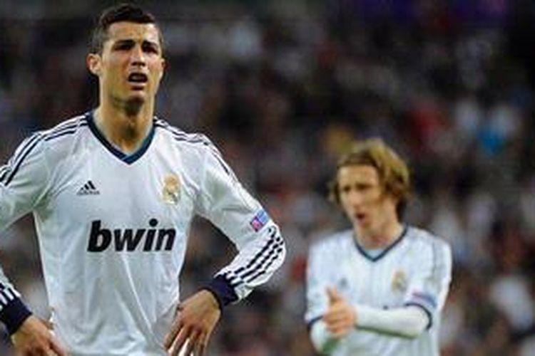 Ekspresi gelandang Real Madrid, Cristiano Ronaldo, usai pertandingan leg kedua semifinal Liga Champions di Santiago Bernabeu, Selasa (30/4/2013). Madrid menang 2-0 pada laga tersebut, tapi gagal melaju ke final karena kalah agregat 3-4.