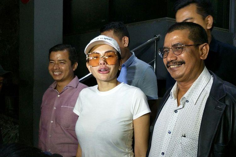 Nikita Mirzani didampingi kuasa hukumnya melaporkan Elza Syarief di Polda Metro Jaya, Semanggi, Jakarta Selatan, Senin (16/9/2019).