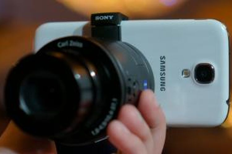 Smart Lens DSC-QX100 terpasang pada punggung Samsung Galaxy S4