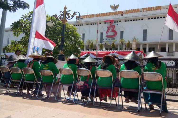 Sepuluh perempuan, warga Desa Lakardowo, Kecamatan Jetis, Mojokerto, menggelar aksi duduk di depan kantor Gubernur Jatim, Kamis (9/8/2018)
