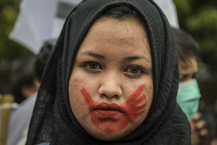 Peserta aksi mengikuti acara peringatan Hari Perempuan Sedunia di Jalan M.H Thamrin, Jakarta, Minggu (8/3/2020). Dalam aksi tersebut mereka menuntut pentingnya perubahan sistemik untuk menghapuskan kekerasan terhadap perempuan.