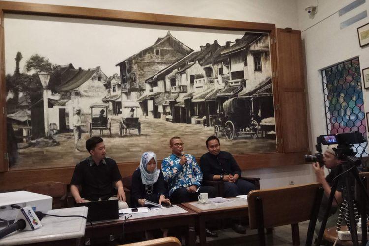 Peneliti Konstitusi dan Demokrasi (Kode) Inisiatif, Adam Mulya dan Adelline Syahda,  Komisioner KPU Hasyim Asyari, dan Peneliti Perkumpulan untuk Pemilu dan Demokrasi (Perludem) Fadli Ramadhan dalam diskusi di bilangan Cikini, Jakarta Pusat, Senin (22/5/2017).