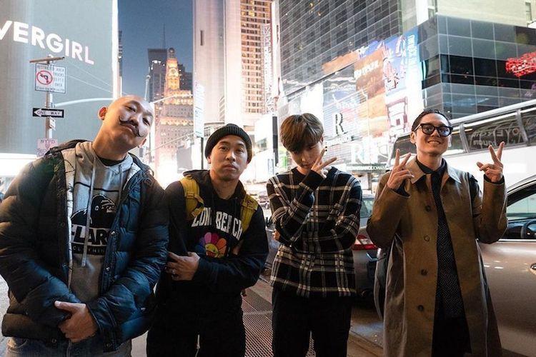 Far East Movement dan Lay EXO berfoto bersama.