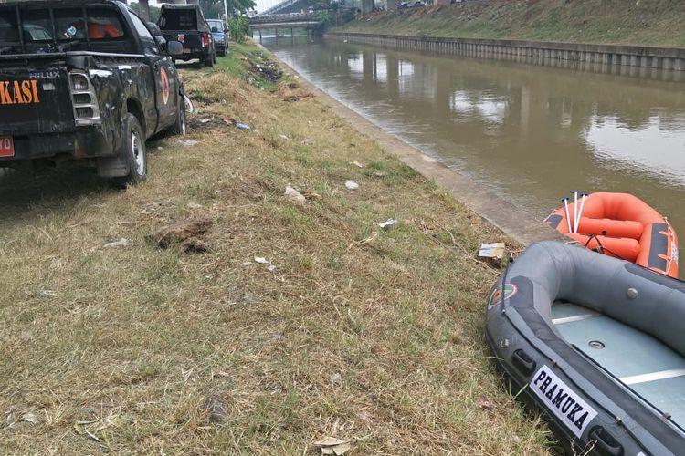 Proses pencarian korban NF, korban mobil tenggelam di Komplek Depkes, Jatibening, Bekasi, Jumat (10/7/2020).