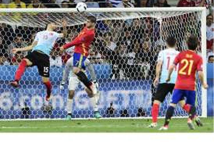 Penyerang Spanyol, Alvaro Morata (tengah), menyundul bola untuk mencetak gol ke gawang Turki pada pertandingan penyisihan Grup D Piala Eropa 2016 di Stadion Allianz Riviera, Nice, Jumat (17/6/2016).