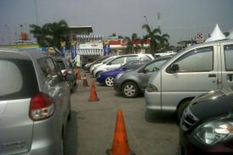 Kepadatan arus mudik masuk ke tol Cikampek dan Cipularang menyebabkan rest area KM 62 padat, Minggu (11/8/2013).