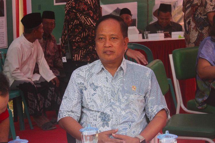 Menteri Riset Teknologi dan Pendidikan Tinggi (Menristekdikti) Mohamad Nasir meresmikan pembangunan rumah anti gempa di Kabupaten Ngawi Jawa Timur.