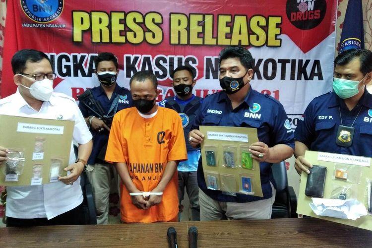 Kepala BNNK Nganjuk AKBP Bambang Sugiharto (kiri) bersama jajaran menunjukkan barang bukti narkoba dari tersangka S dalam konferensi pers di Kantor BNNK Nganjuk, Selasa (29/6/2021).