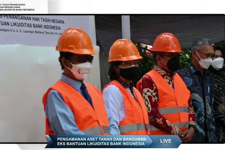 Menko Polhukam Mahfud MD, Menteri Keuangan Sri Mulyani Indrawati, dan Ketua Harian Satgas BLBI Rionald Silaban ketika menyita aset milik salah satu obligor BLBI di daerah Lippo Mall Karawaci, Tengerang, Jumat (27/8/2021).