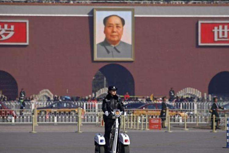 Foto Mao Zedong terpampang seakan mengawasi warga China yang berada di Lapangan Tiananmen.