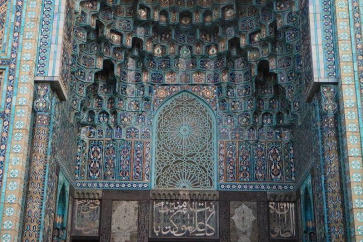 Ornamen granit berwarna biru dan hijau tosca menambah kecantikan Blue Mosque di Kota Saint Petersburg, Rusia.