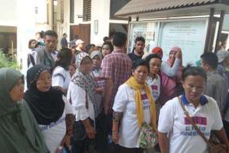Selasa (24/5/2016), Masunah pemilik klinik ilegal di Cilincing, Jakarta Utara hari ini mengikuti sidang pertama di Pengadilan Negeri Jakarta Utara.Tampak Belasan kerabat Masunah hadir untuk memberikan dukungan moral kepada Masunah