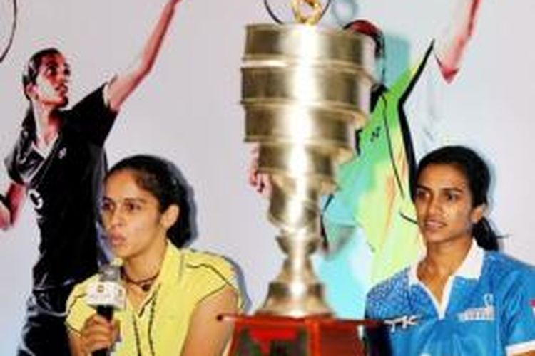 Dua tunggal putri India, Saina Nehwal (kiri) dan Pusarla Venkata Sindhu, memberikan keterangan pers sebelum berlangsungnya Indian Badminton League (IBL), di New Delhi, Rabu (14/8/2013).