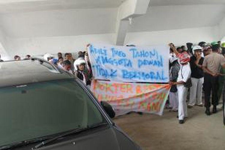 Ratusan Petugas Medis dan Dokter Rumah Sakit Umum Daerah (RSUD) Kefamenanu, Kabupaten Timor Tengah Utara (TTU), Nusa Tenggara Timur, Menggelar Orasi di Tempat Parkiran Pimpinan DPRD TTU