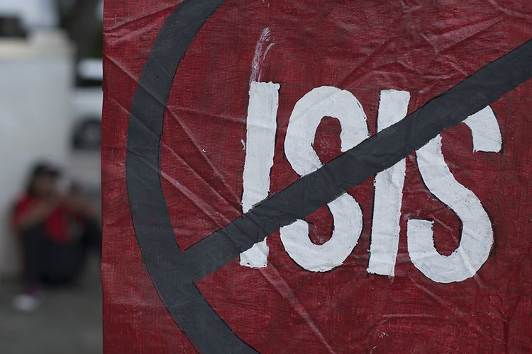 Peserta aksi yang tergabung dalam Barisan Relawan Bhinneka Jaya (Barabaja) berunjuk rasa dengan membawa poster di depan Istana Merdeka Jakarta, Senin (10/2/2020). Mereka menolak rencana pemulangan sekitar 600 warga negara Indonesia (WNI) eks ISIS kembali ke Indonesia.