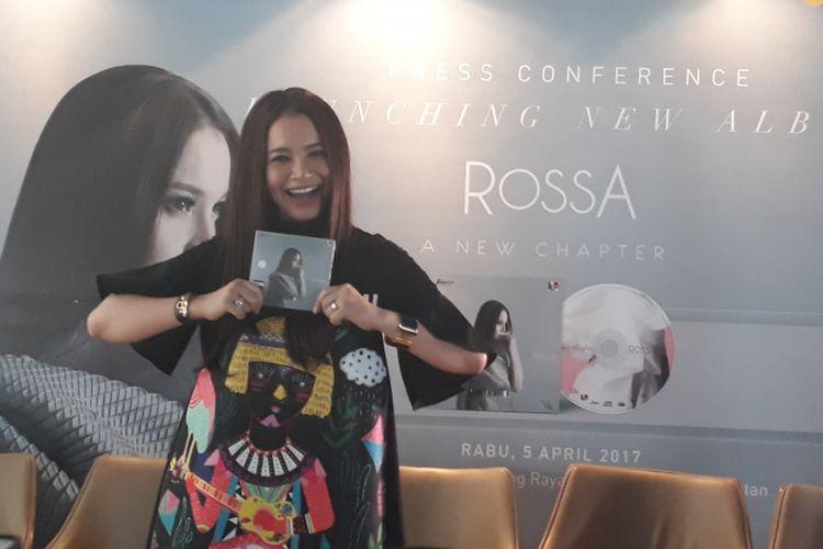 Rossa diabadikan dalam peluncuran album barunya yang bertajuk A New Chapter di KFC Kemang, Jakarta Selatan, Rabu (5/4/2017).