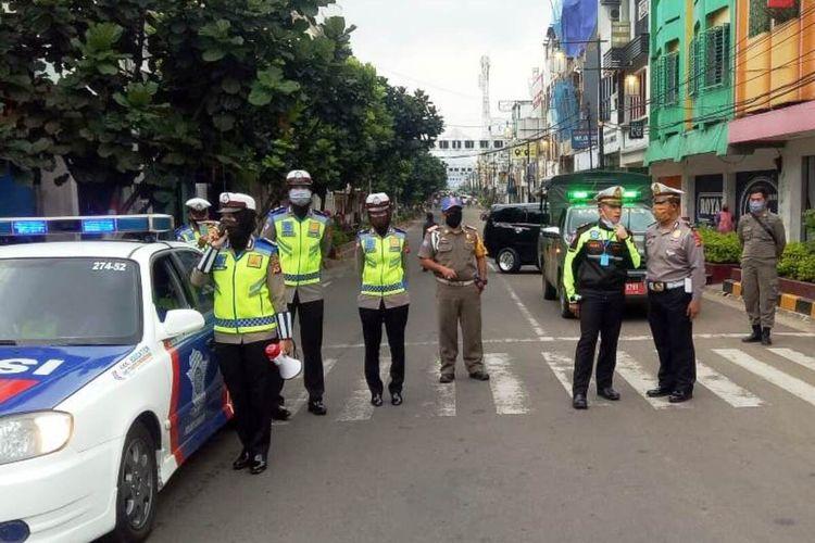 Sejumlah petugas menyekat akses masuk ke pusat perbelanjaan di Kabupaten Cianjur, Jawa Barat. Penyekatan akan terus ditingkatkan seiring dengan pemberlakukan PSBB parsial di Cianjur yang akan mulai dilaksanakan Rabu (6/5/2020).